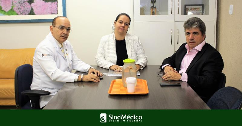 Dr. Gutemberg Fialho, Carlos Fernando e Marina da Silveira conversam no HMIB